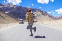 La falta masculina joven del viajero y es atrasada para el coche en zona rural Imagen de archivo
