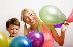 La famiglia abbastanza reale con colore balloons su fondo bianco, blon Immagini Stock