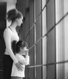 La famiglia affascinante passa il tempo nella palestra Fotografia Stock