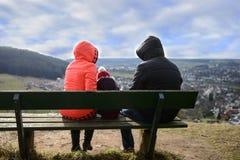 La famiglia ammira la bella vista dall'alta collina Immagine Stock