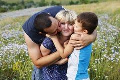 La famiglia amorosa felice passare un fine settimana in natura fotografia stock