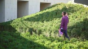 La famiglia cammina nel parco archivi video