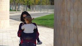 La famiglia cammina nel parco stock footage