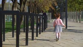 La famiglia cammina nel parco video d archivio