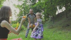 La famiglia cammina nel parco con i bambini Giorno pieno di sole Alberi verdi video d archivio