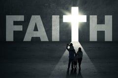La famiglia cammina verso la porta di fede Immagini Stock Libere da Diritti