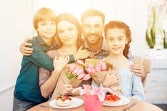 La famiglia celebra insieme la festa l'8 marzo Fotografia Stock