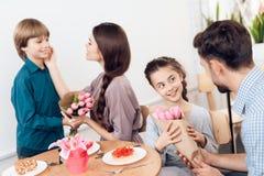 La famiglia celebra insieme la festa l'8 marzo Immagine Stock Libera da Diritti