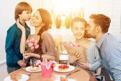 La famiglia celebra insieme la festa l'8 marzo Fotografia Stock Libera da Diritti
