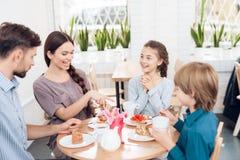 La famiglia celebra insieme la festa l'8 marzo Fotografie Stock
