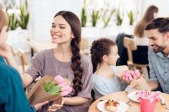 La famiglia celebra insieme la festa l'8 marzo Fotografie Stock Libere da Diritti