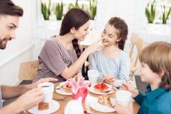 La famiglia celebra insieme la festa l'8 marzo Immagini Stock