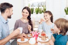 La famiglia celebra insieme la festa l'8 marzo Immagine Stock