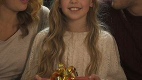 La famiglia che mostra il giftbox, evento della carità per il Natale, rende presente all'orfano archivi video