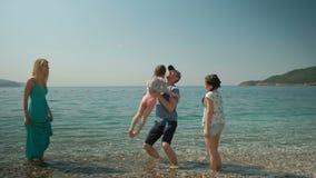 La famiglia che riposa sul lago, esce per uguagliare la passeggiata insieme stock footage