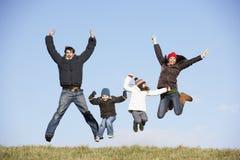 La famiglia che salta nell'aria Immagini Stock