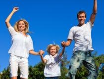 La famiglia che salta nell'aria Immagini Stock Libere da Diritti