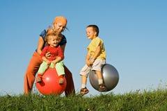 La famiglia che salta sull'erba Fotografia Stock Libera da Diritti