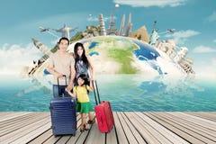 La famiglia con la borsa e aspetta per il giro del mondo Fotografie Stock