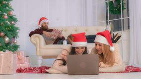 La famiglia con la ragazza adulta gode della vigilia del nuovo anno a casa fotografia stock libera da diritti