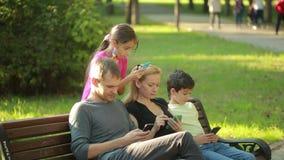 La famiglia concede fare selfie nel parco fronti virtuali per selfie Live Filters archivi video