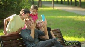 La famiglia concede fare selfie nel parco fronti virtuali per selfie Live Filters video d archivio