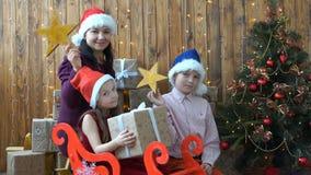 La famiglia del metraggio è Natale felice ed esaminare la macchina fotografica 4K stock footage