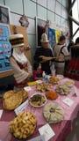la famiglia di chirghiso in vestiti nazionali rappresenta nazionale fotografia stock