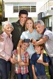La famiglia fa il selfie con i nonni fotografia stock libera da diritti
