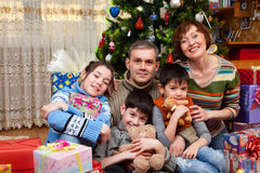 La famiglia felice è celebra il nuovo anno Immagini Stock Libere da Diritti