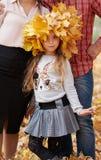La famiglia felice è nel parco della città di autunno Bambini e genitori  immagini stock libere da diritti