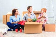 La famiglia felice alla riparazione ed alla rilocazione fotografie stock libere da diritti
