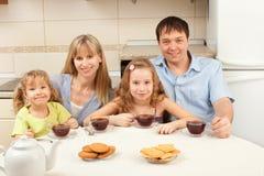 La famiglia felice beve il tè Immagini Stock Libere da Diritti