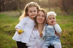 La famiglia felice cammina in primavera il prato immagini stock libere da diritti