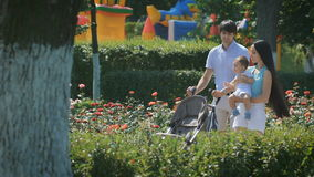 La famiglia felice cammina sulla città dell'estate stock footage