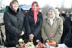 La famiglia felice celebra Pasqua ortodossa Immagini Stock Libere da Diritti