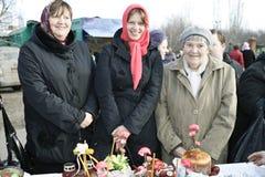 La famiglia felice celebra Pasqua ortodossa Fotografia Stock