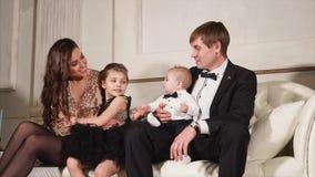 La famiglia felice celebra la vigilia del ` s del nuovo anno video d archivio