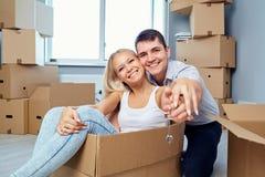 La famiglia felice con digita il nuovo appartamento a casa fotografie stock libere da diritti