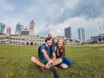 La famiglia felice fa il selfie sui precedenti su fondo di Mer immagini stock