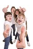 La famiglia felice getta fuori il pollice. Fotografia Stock