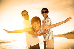 La famiglia felice gode delle vacanze estive Fotografia Stock