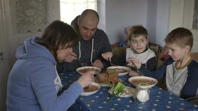 La famiglia felice pranza alla tavola Piatto ucraino tradizionale del borsch stock footage