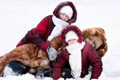 La famiglia gioca cheerfully per nevicare Fotografia Stock