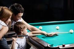 La famiglia gioca il biliardo Fotografie Stock Libere da Diritti