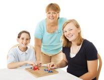La famiglia gioca il gioco da tavolo Fotografia Stock