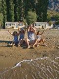La famiglia gode di sulla spiaggia della sabbia Fotografie Stock Libere da Diritti