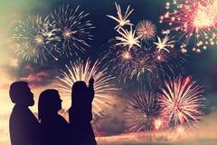 La famiglia guarda i fuochi d'artificio fotografia stock