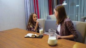La famiglia ha equilibrato il latte del bambino della mamma della latteria di abitudine alimentare video d archivio
