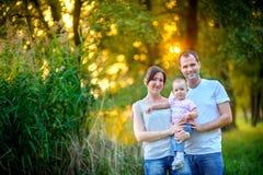 La famiglia ha un resto nel parco Immagine Stock Libera da Diritti